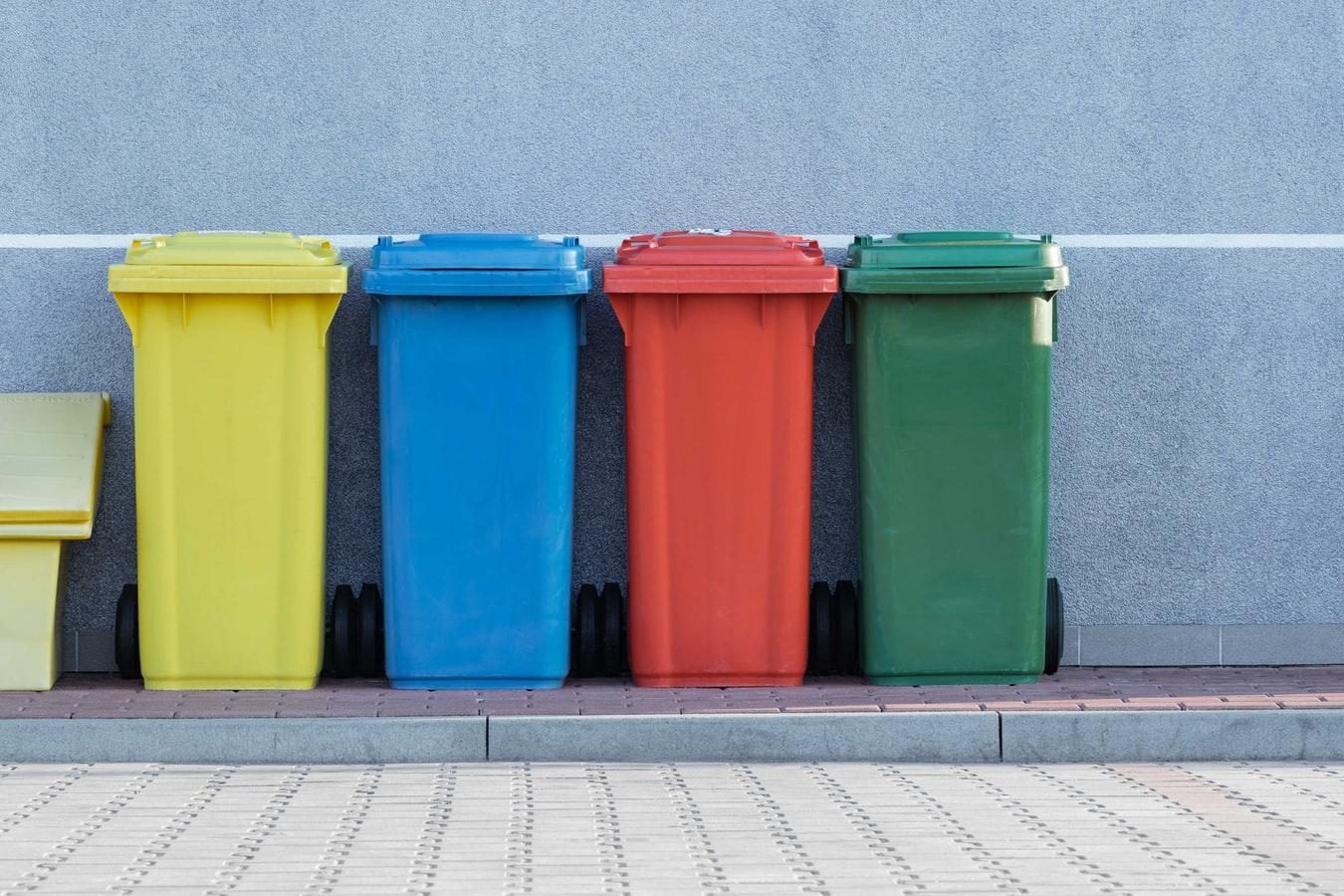 横に並んだカラフルなゴミ箱