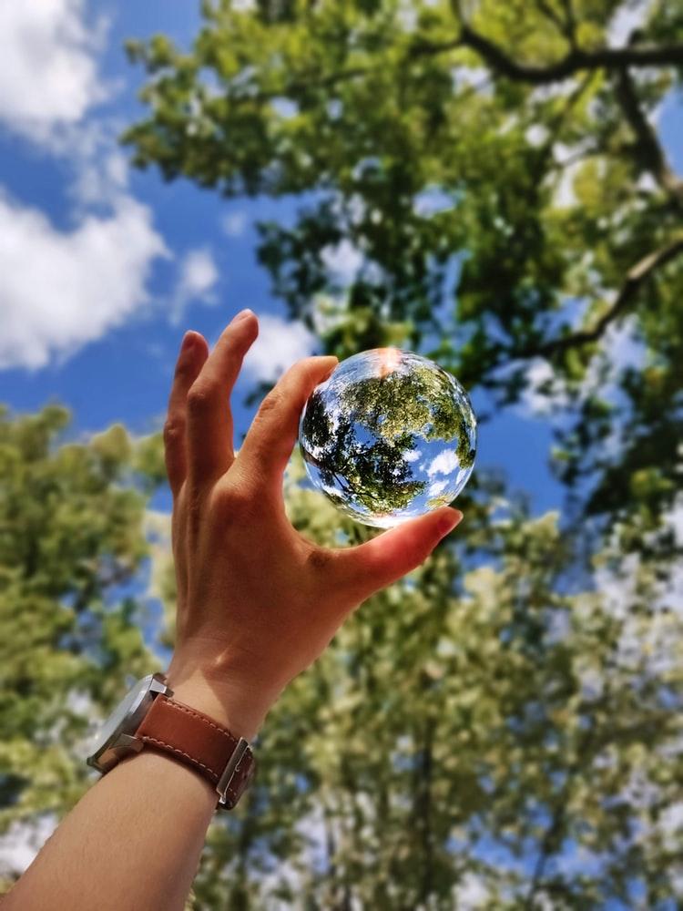 水晶玉を通して見る世界