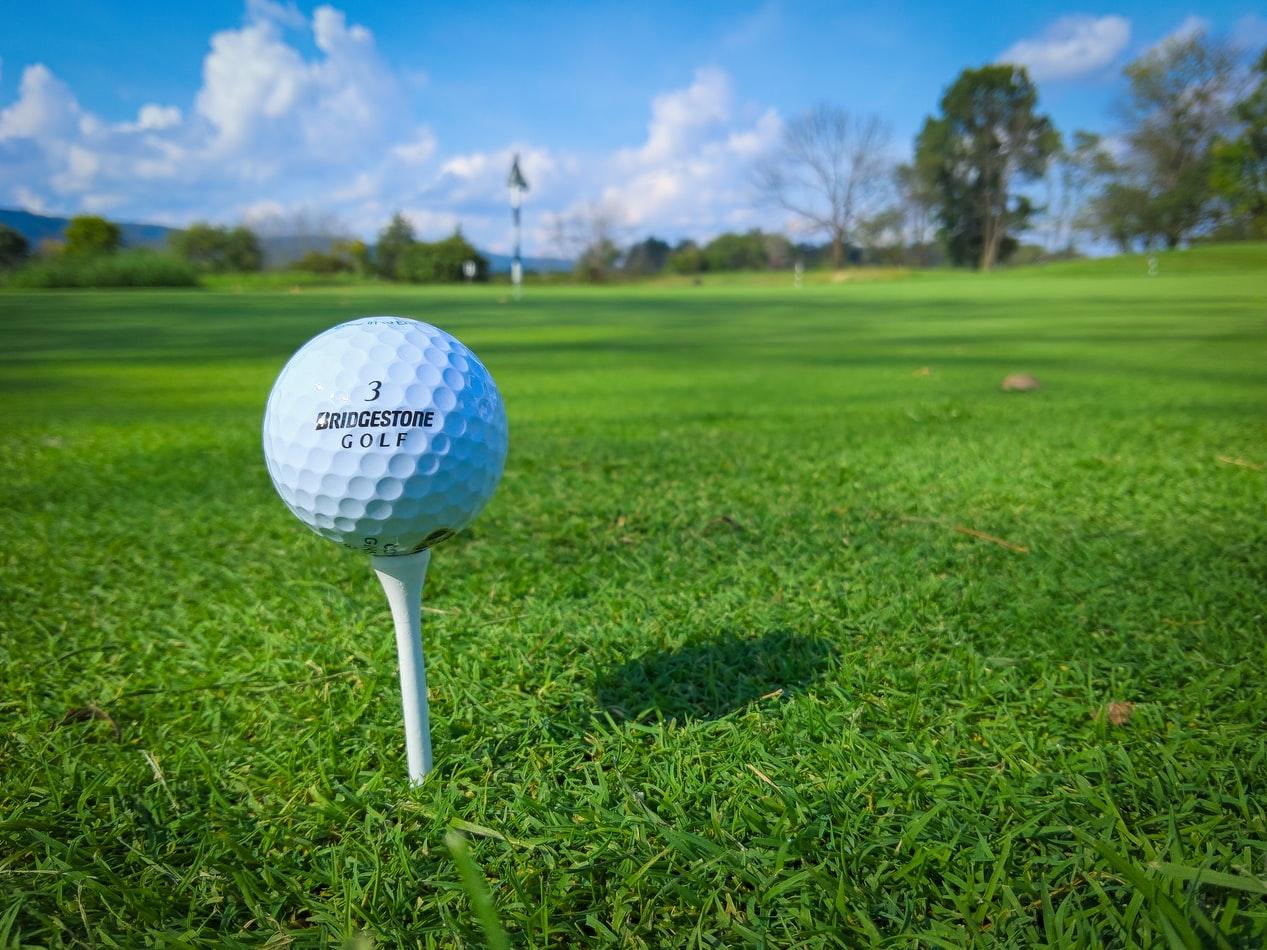 青空とゴルフボール