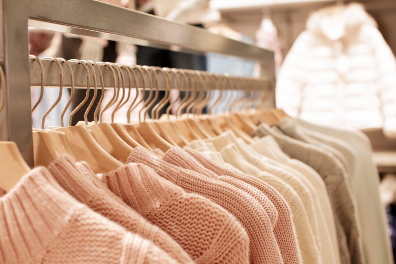 お店で洋服がハンガーにかけられているシーン
