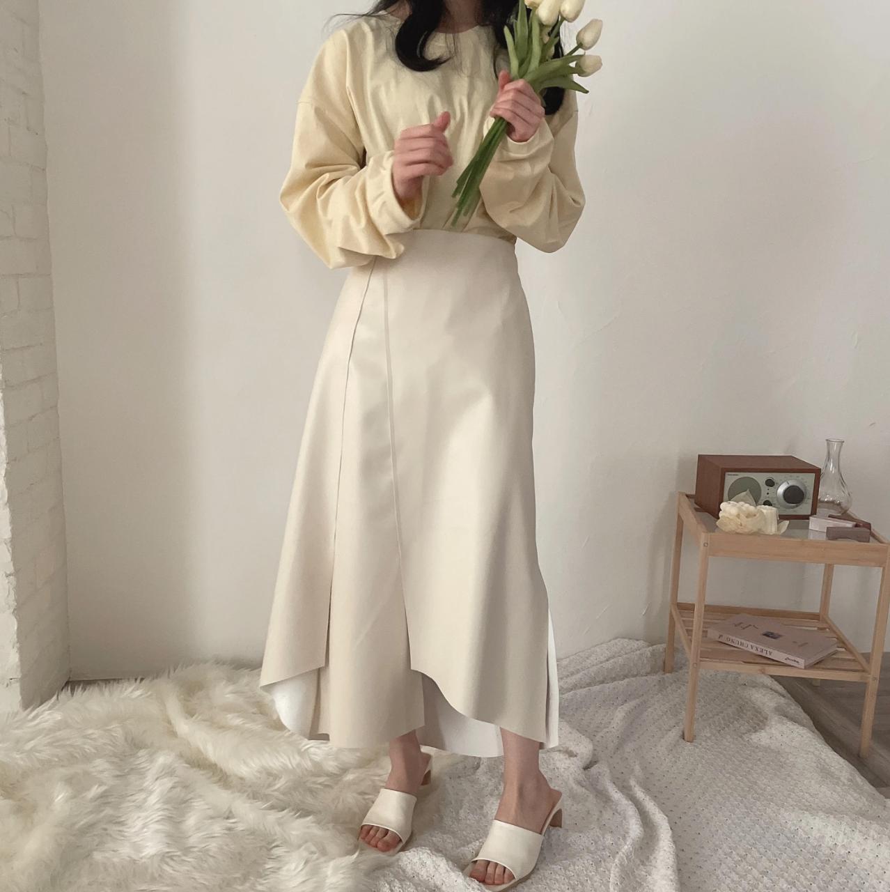 白いスカートを履いた女性
