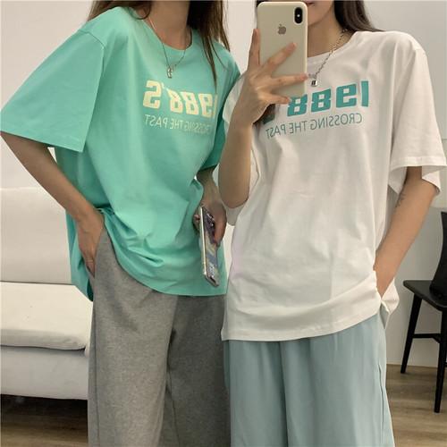 ロゴTシャツを着た2人の女性