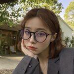 丸メガネの女性
