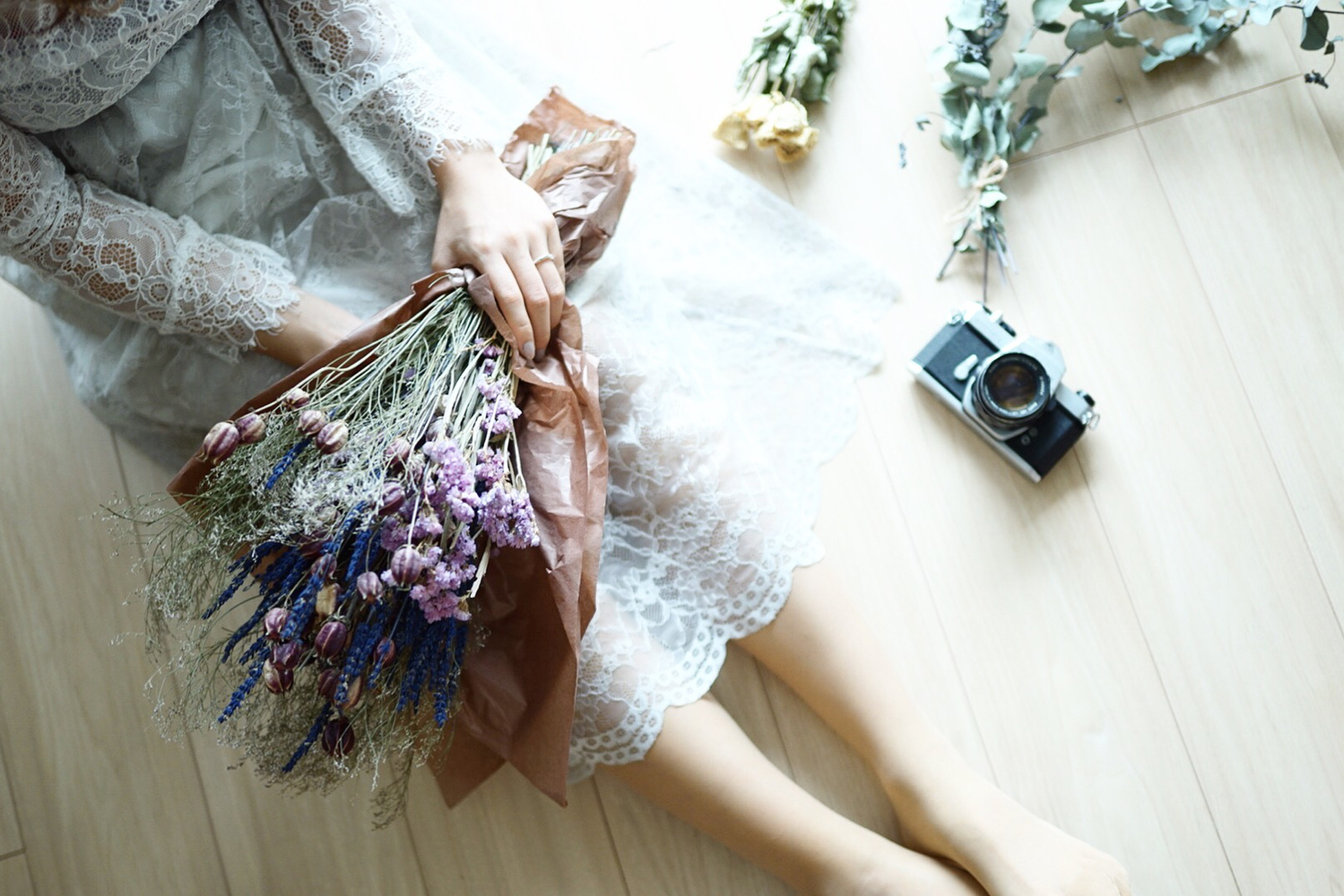 お花を抱える女の子