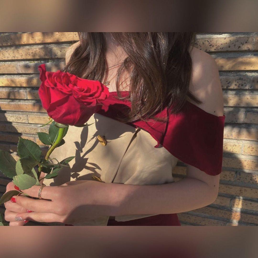 真っ赤な薔薇を持つ女性