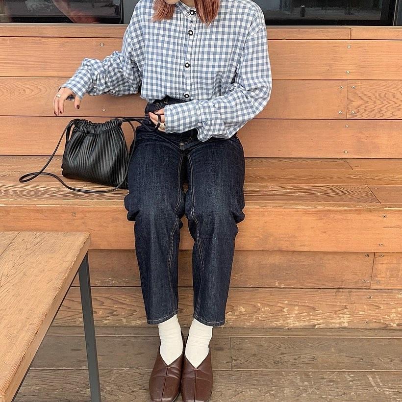 ベンチに座っている女性