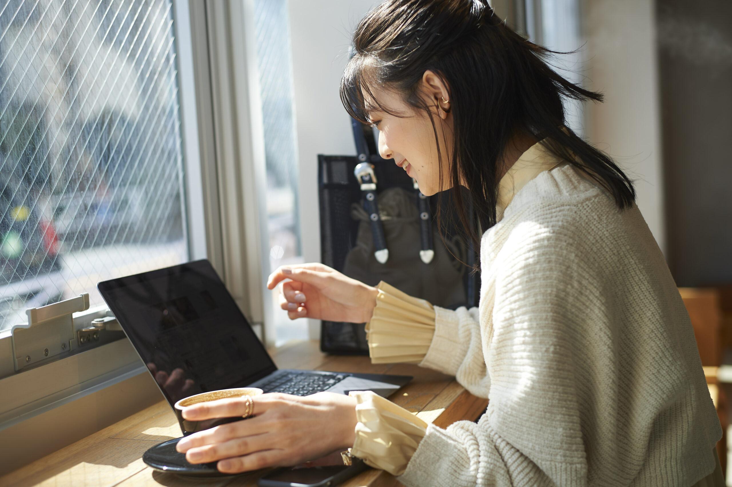 パソコンを観ている女性