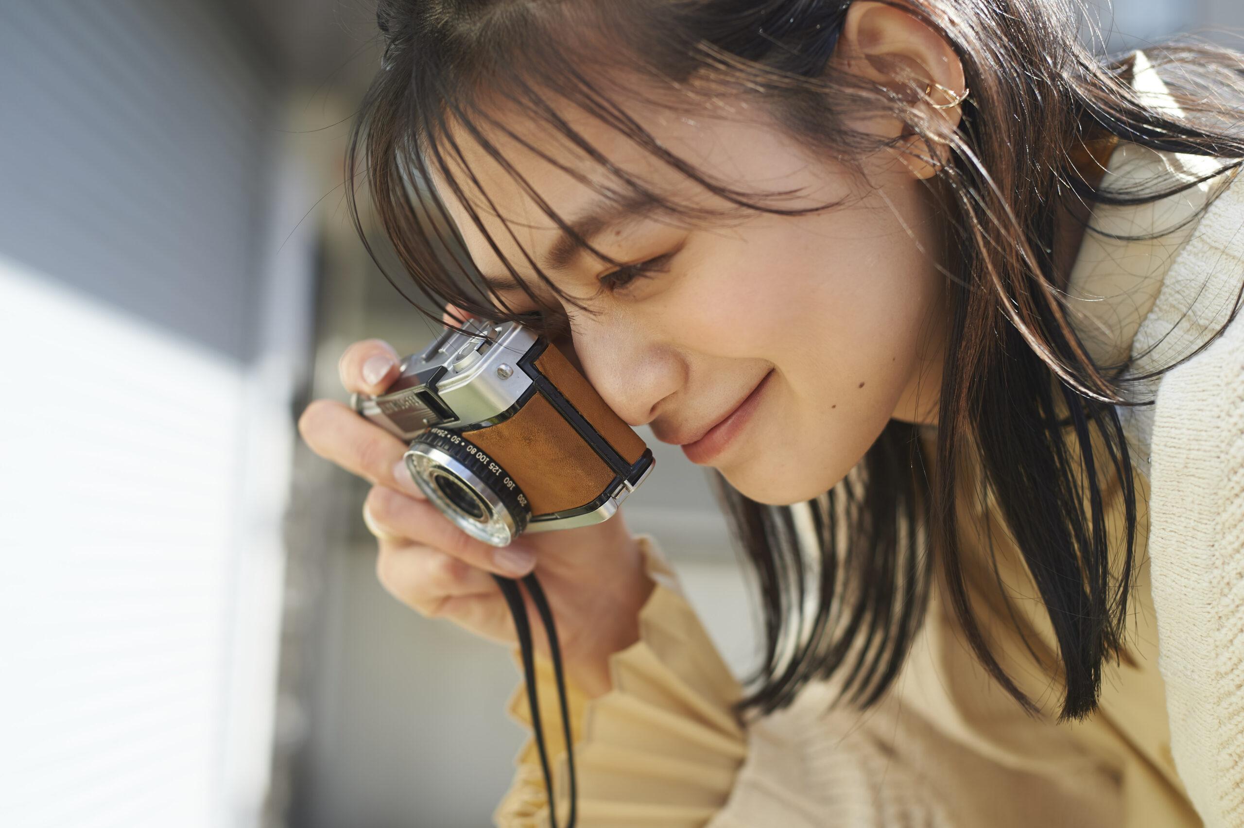 写真を撮っている女の子