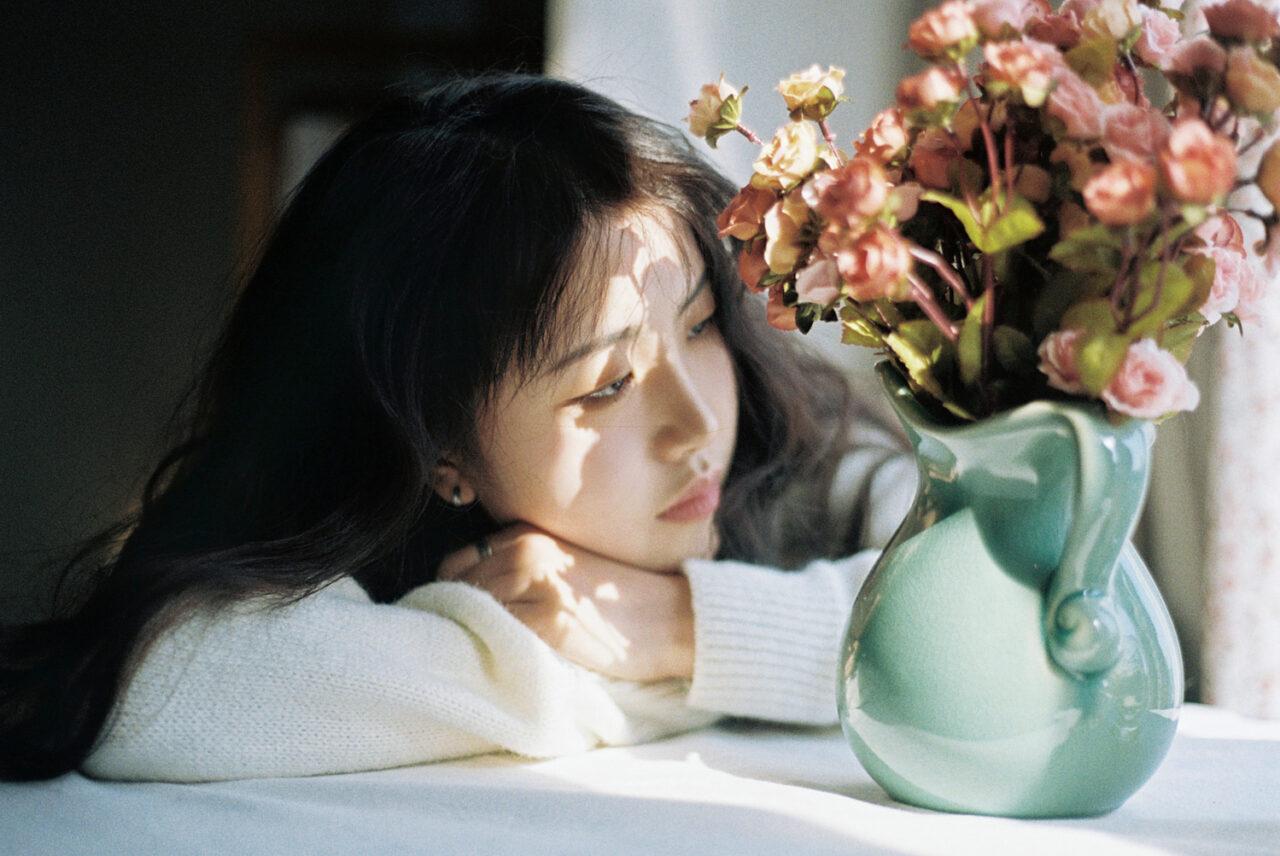 花瓶と映った女性の写真