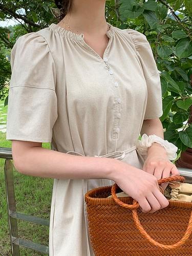 ワンピースを着た女性の上半身