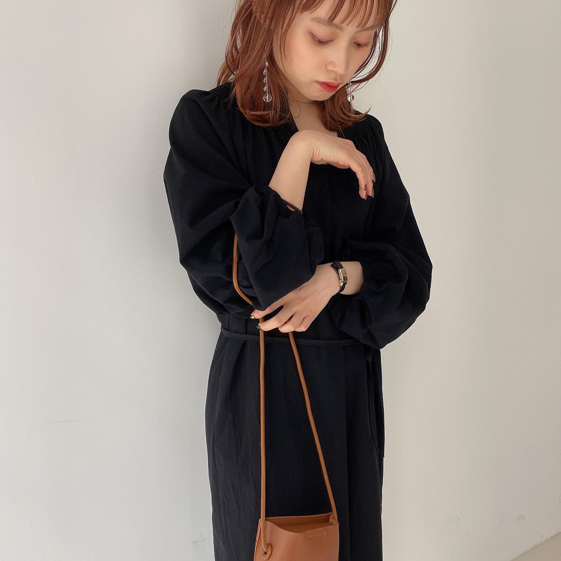 黒い服を着た女性