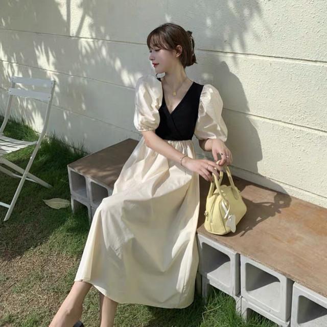 鞄を置く女性