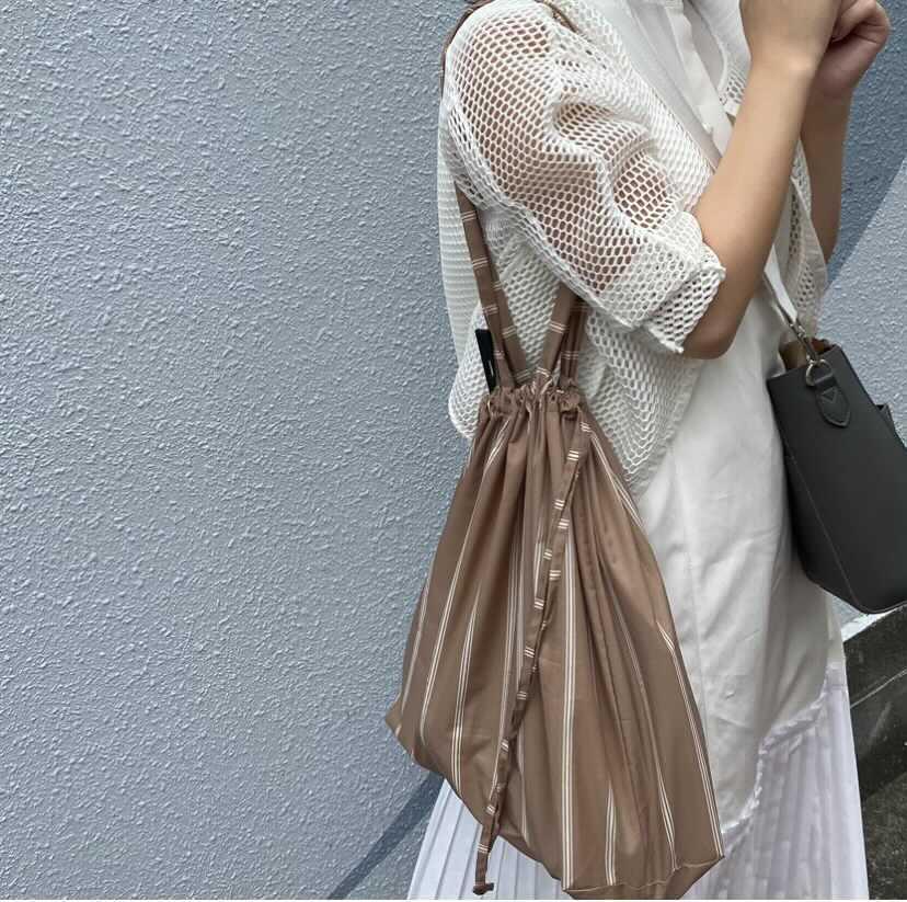 バッグを持っている女性