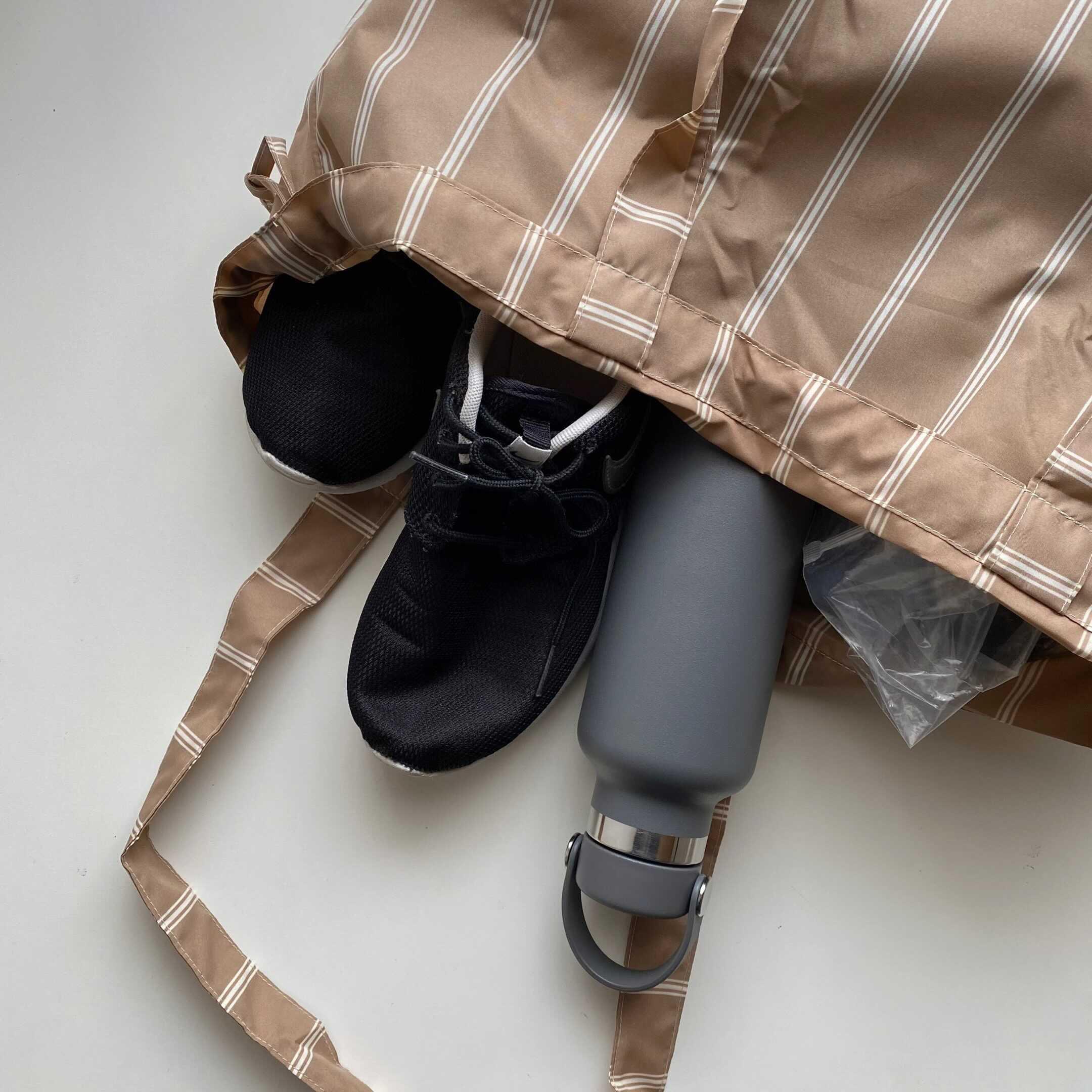 エコバッグに入った靴と水筒