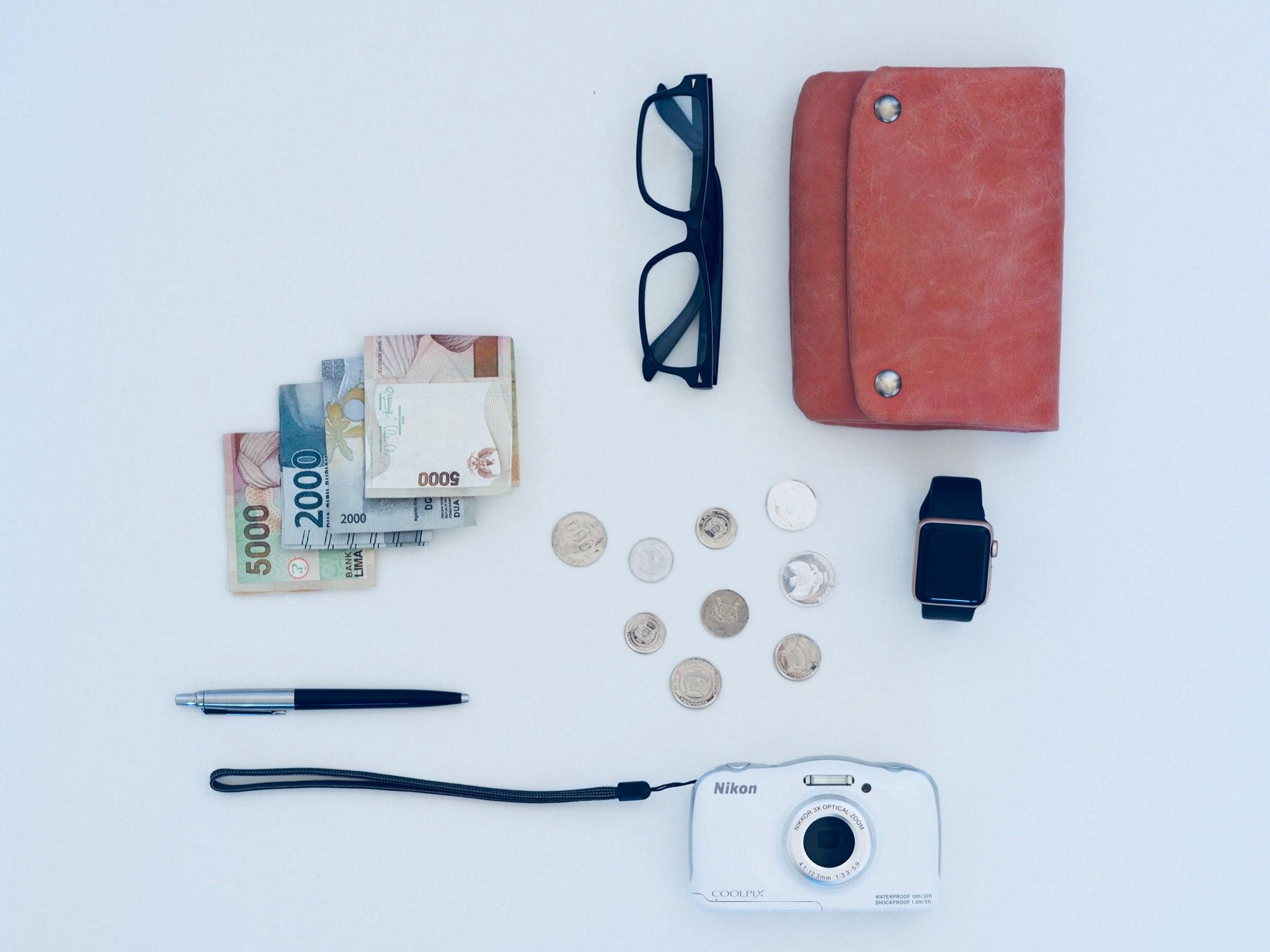 お財布やメガネ、カメラなどの持ち物