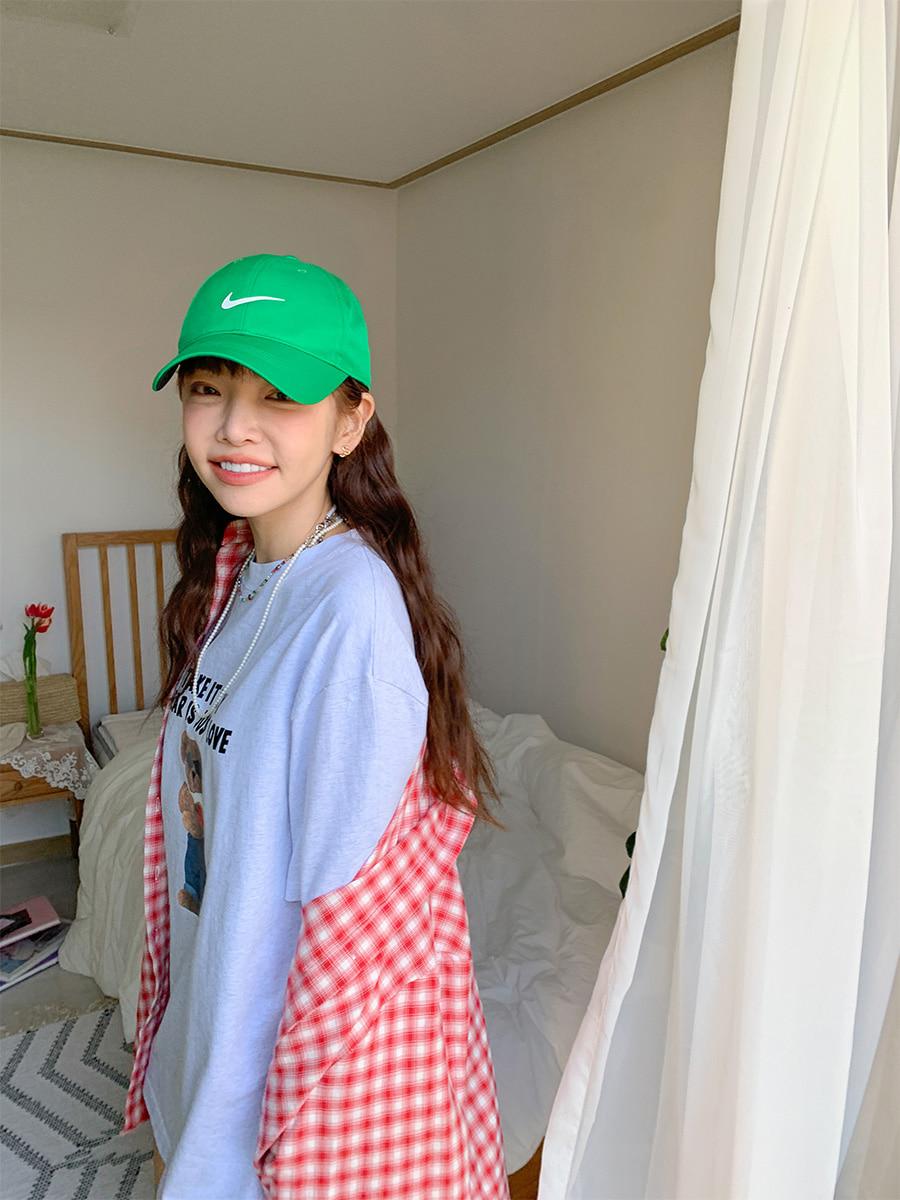 緑のキャップをかぶった女の子