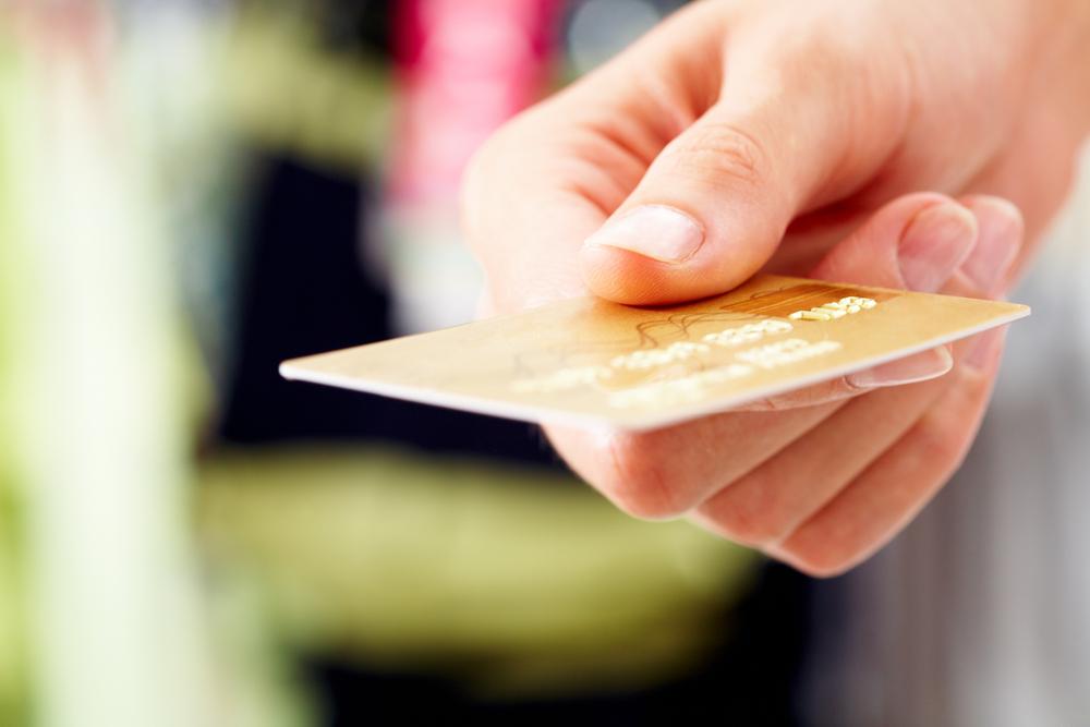 クレジットカードを差し出しているところ