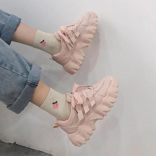 ピンクのスニーカー