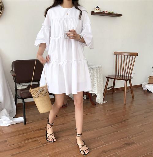 ホワイトワンピースを着た女性
