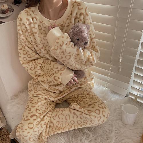 ヒョウ柄パジャマを着た女の子