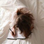 ノートを書いている女性