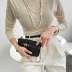 ウォレットバッグを持つ女性