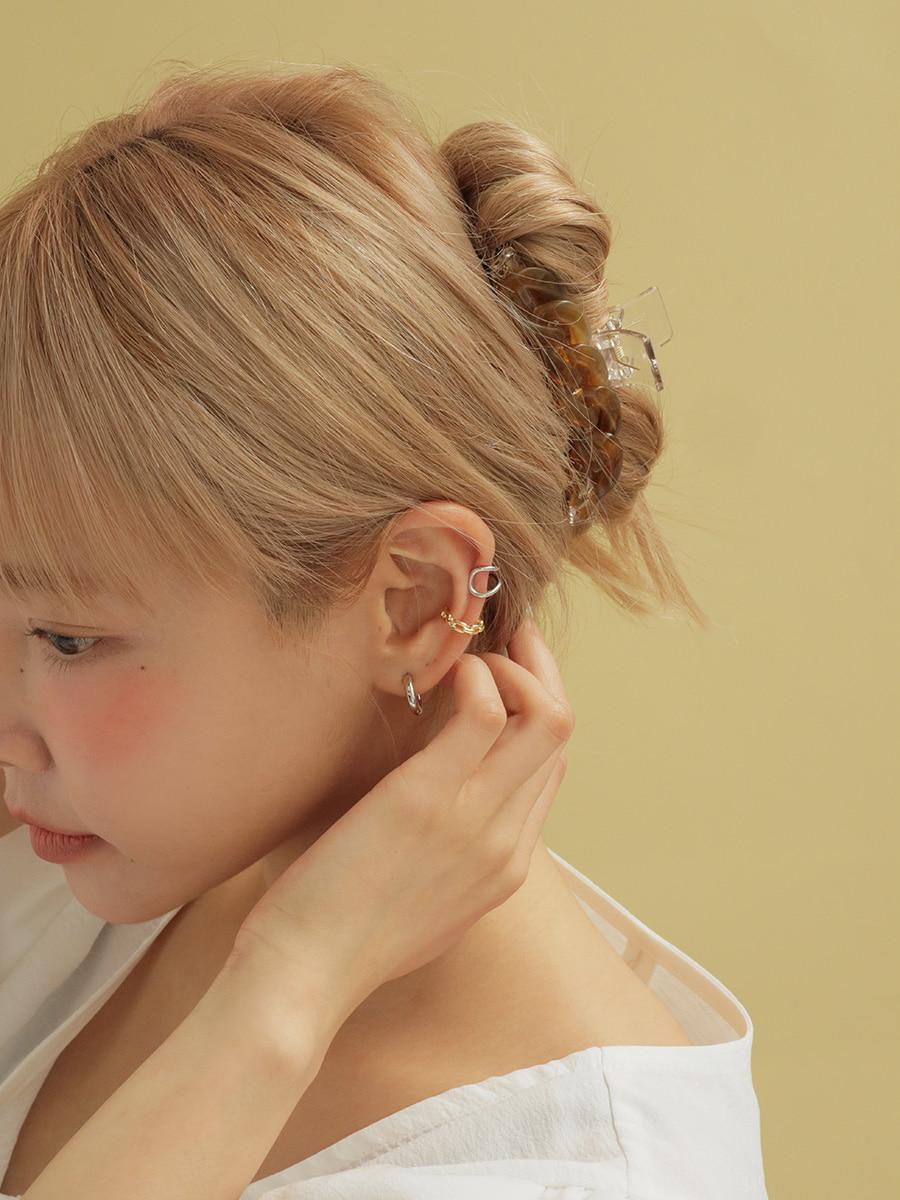 耳裏を押さえる女性