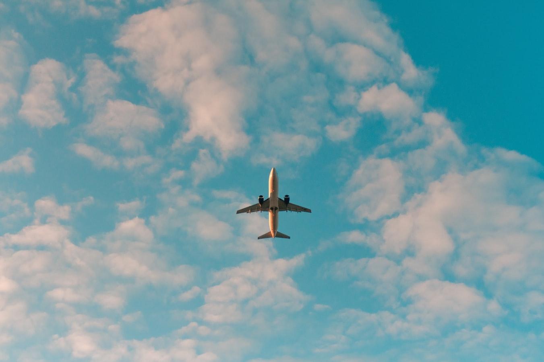 青空に浮かぶ飛行機