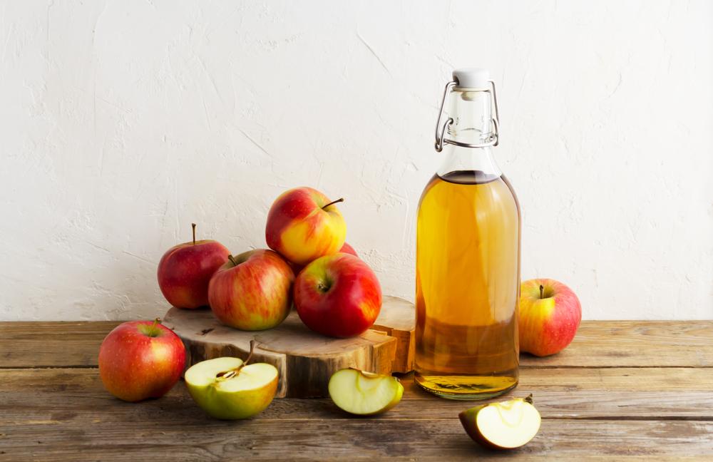 リンゴと瓶に入ったビネガー