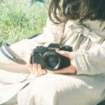 カメラを持っている女性