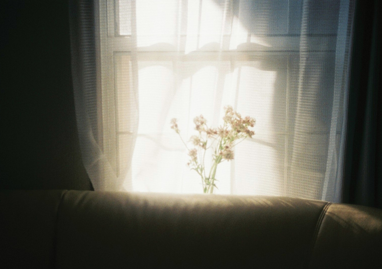光が差し込んだカーテン