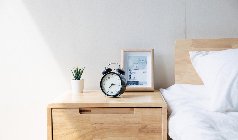 ベッドサイドの目覚まし時計