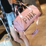 ボストンバッグとスーツケースを持つ女性