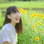 ひまわり畑にいる笑顔の女の子