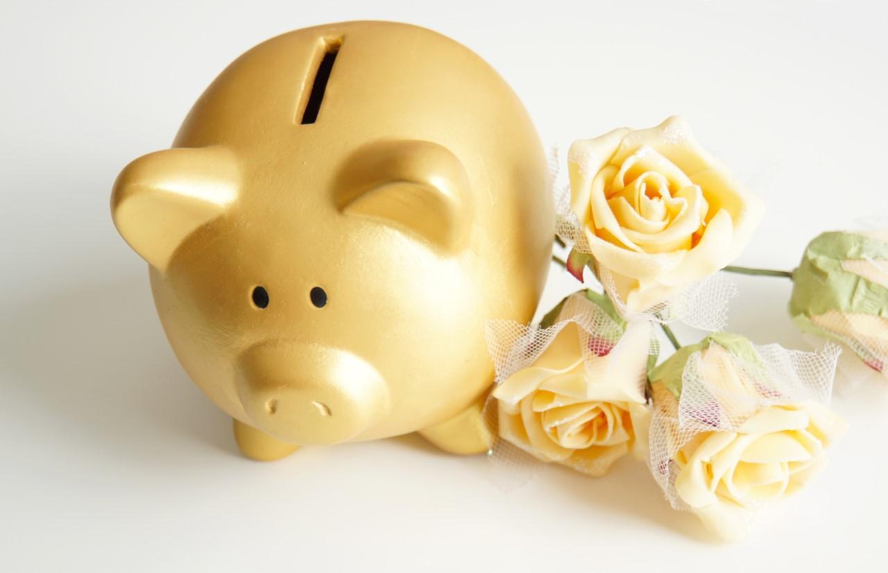 金のブタさん貯金箱と花束