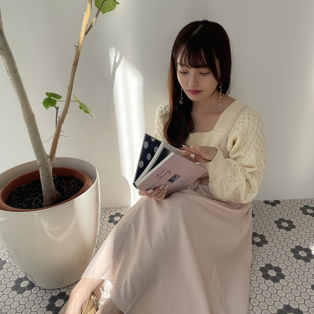 本を読んでいる女性