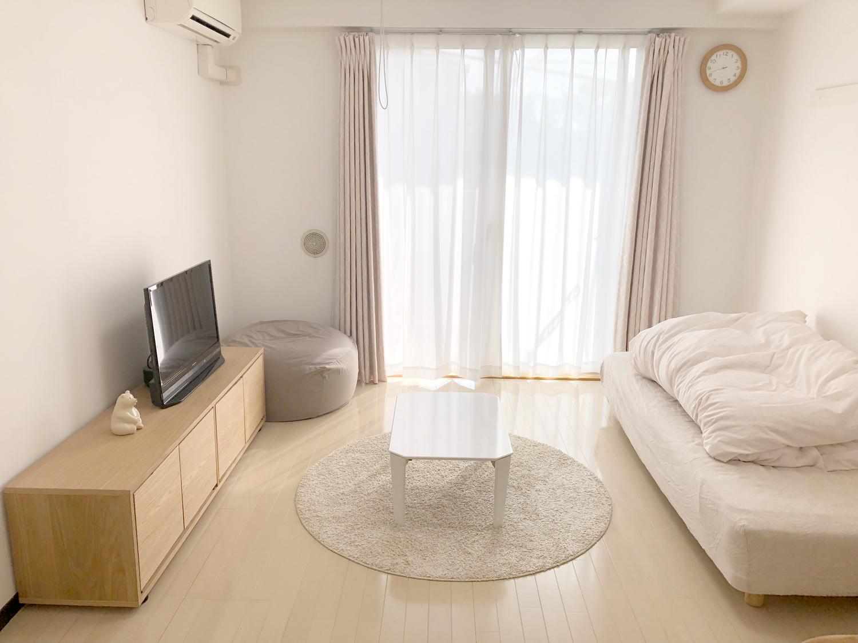 白い家具の置かれたリビング