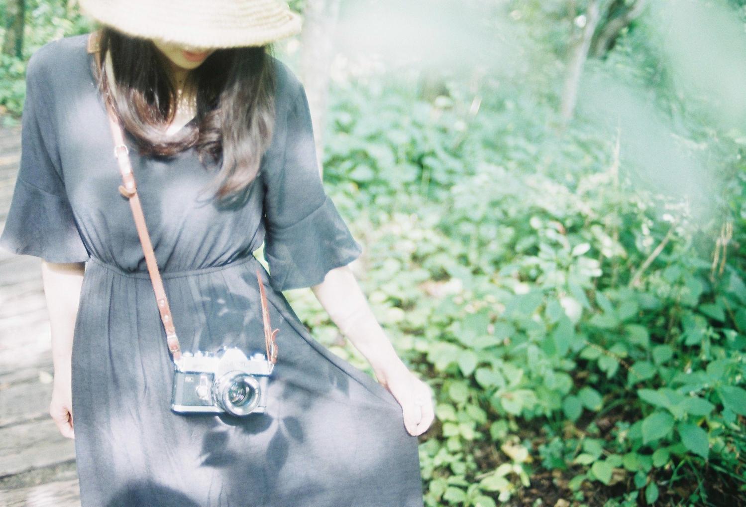 麦わら帽子をかぶっている女性