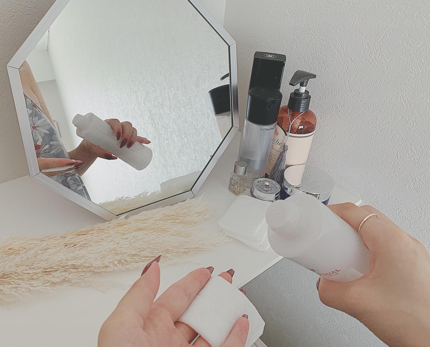 化粧水をコットンに浸している様子