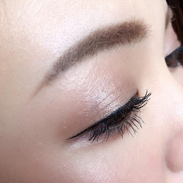 美しい眉毛のアップ