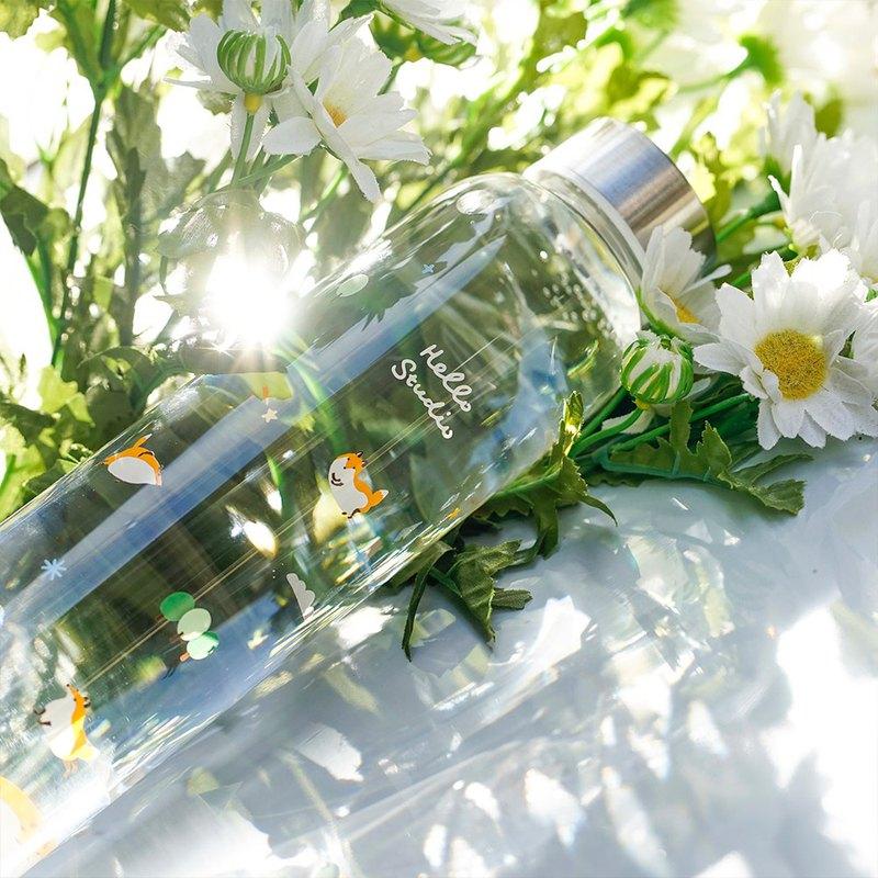 水が入ったグラスボトルと花