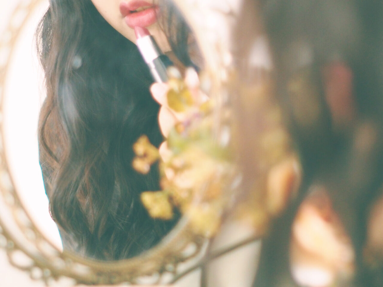口紅塗っている女の子