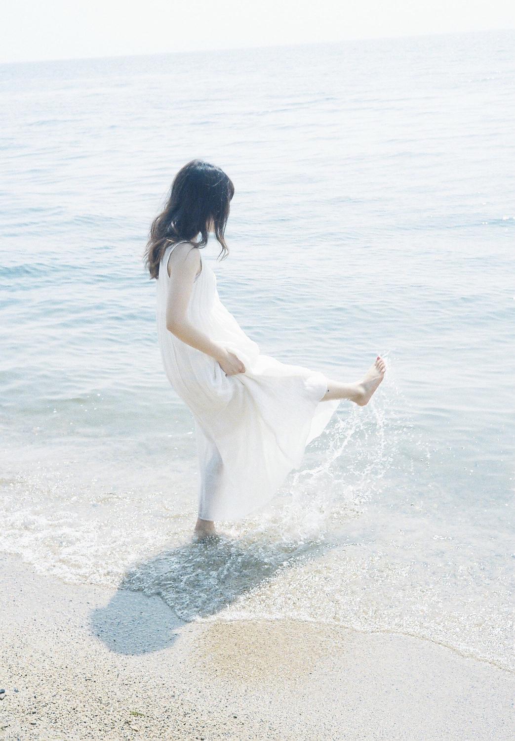 海の中で遊ぶ女性