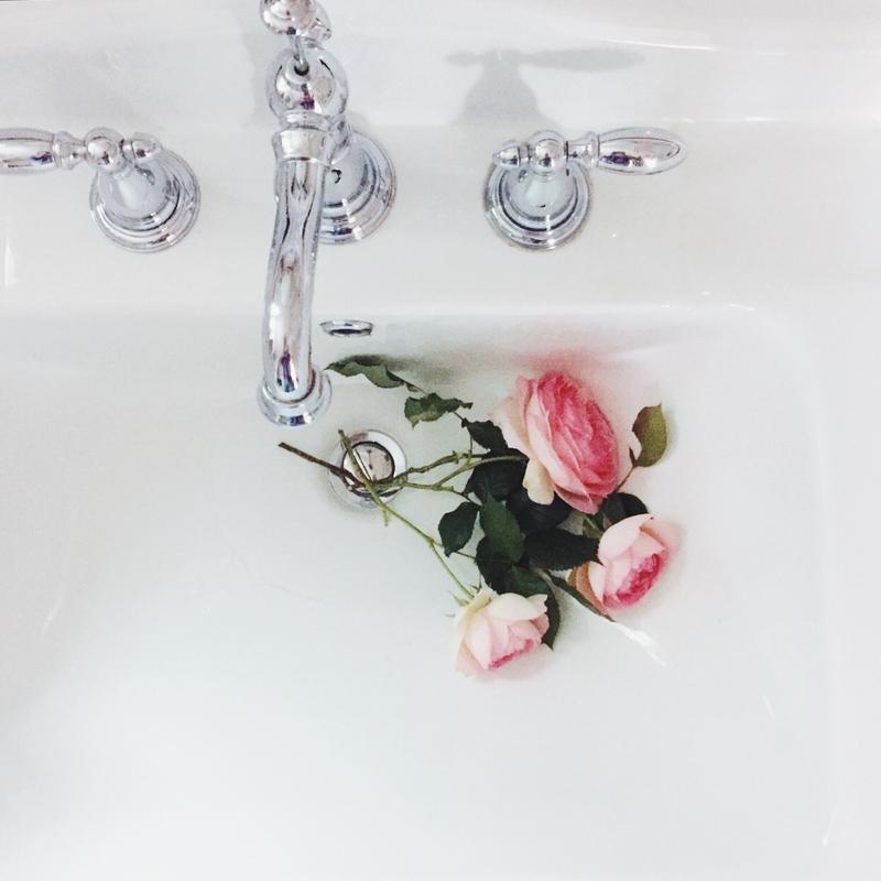 バラの置かれた洗面台
