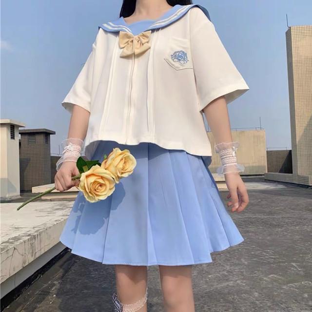 セーラー服姿に花束を持つ女性