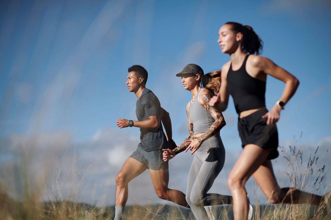 走っている女性2名、男性1名