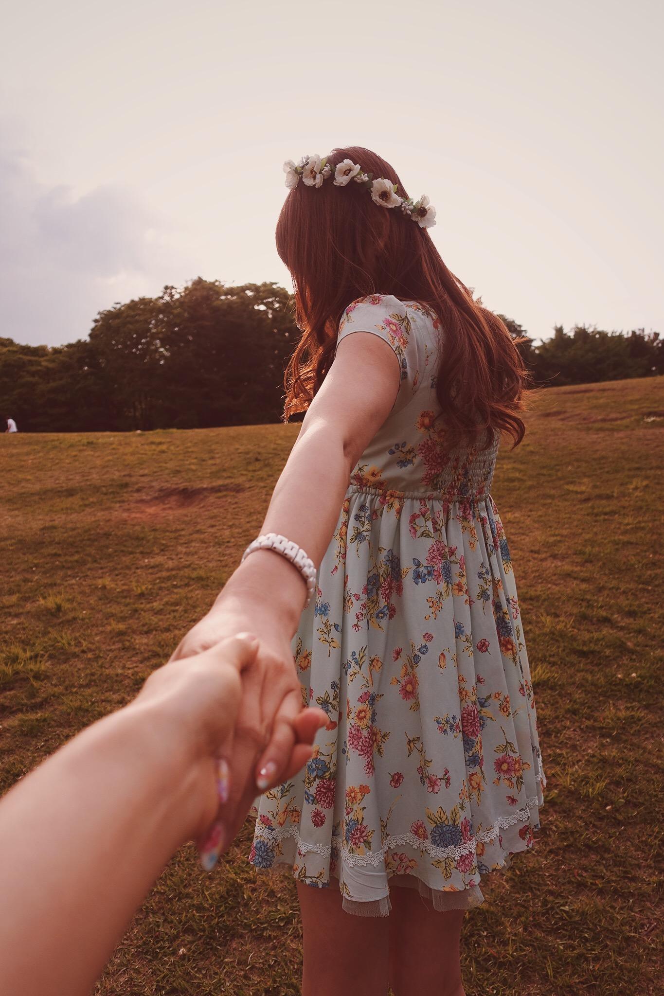 彼氏の手を引っ張る彼女
