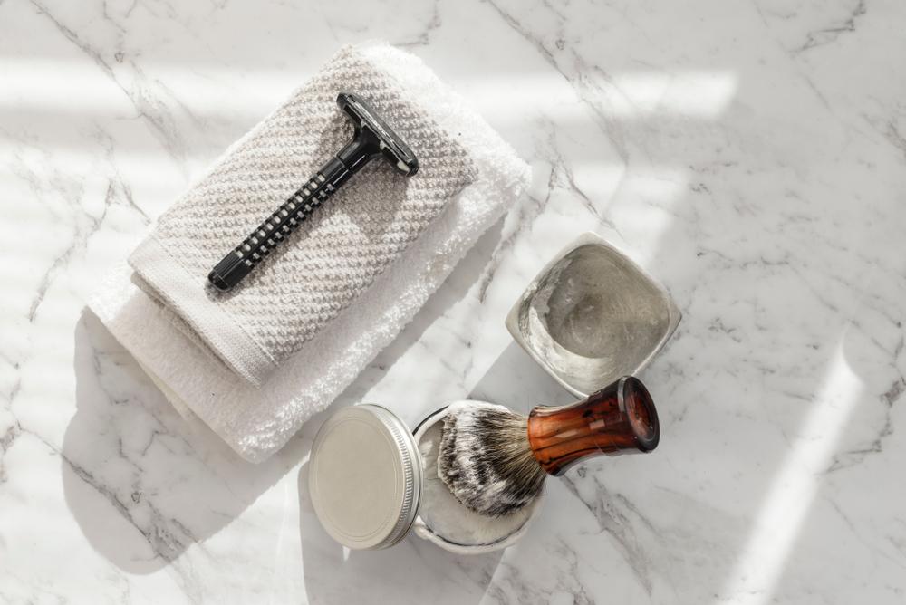 髭剃りとタオルと香水