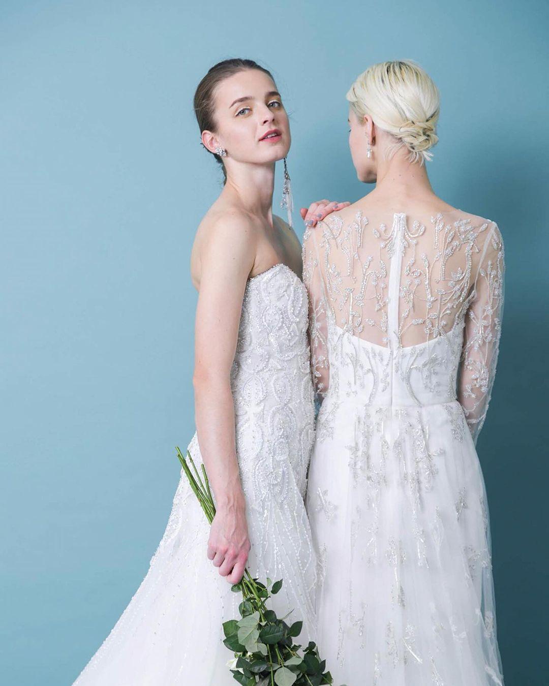 ウェディングドレスを着た2人の女性