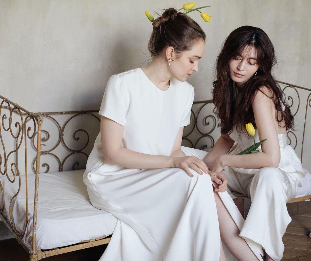 ウェデングドレスを着た2人の女性